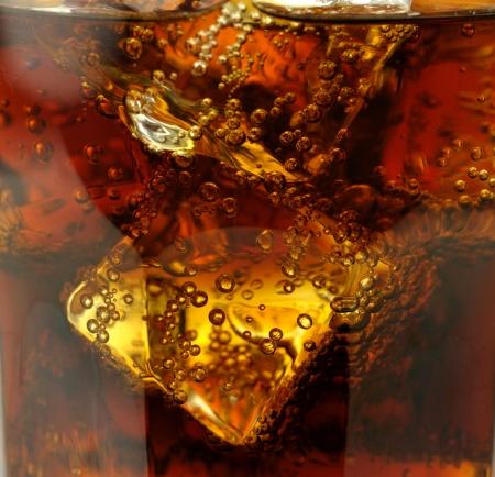 gaseosas: primer plano cola con cubos de hielo