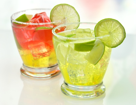 cocktails with ice and lime photo