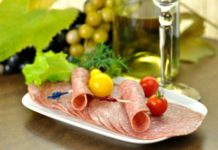 Sliced Salami with tomatoes and salad leaves  Standard-Bild