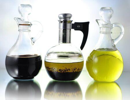 aceite de cocina: botellas de aceite, vinagre y aderezo de ensalada  Foto de archivo