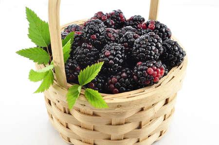 Blackberry in een mandje Stockfoto
