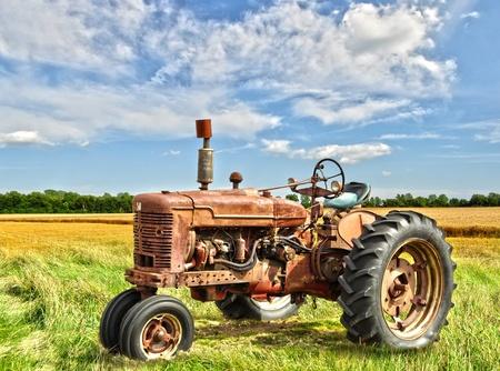 traktor: Red alte verrostete Traktor in einem Feld