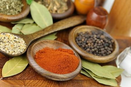 dried spice: especias de acuerdo sobre una tabla de madera, de cerca Foto de archivo