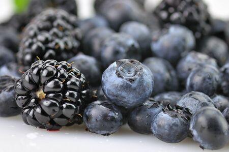 verse bosbessen en bramen, close-up met waterdruppels Stockfoto