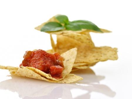 tortilla de maiz: Totopos con salsa en el fondo blanco, de cerca