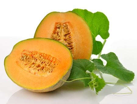 マスクメロン: 白い背景の上の葉で新鮮なメロン