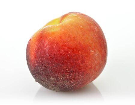 水滴と白い背景に全体の桃