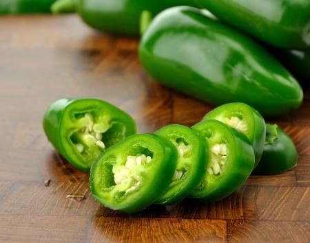 hete groene peper op een snijplank, close-up