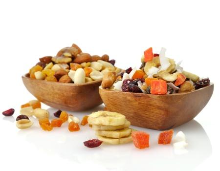 맛있고 건강 한 혼합 된 말린 과일, 견과류와 나무 그릇에 씨앗 스톡 콘텐츠