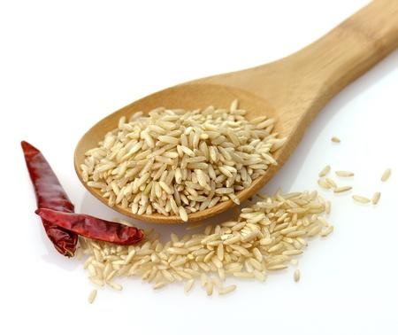 Natuurlijke bruine rijst in een houten lepel