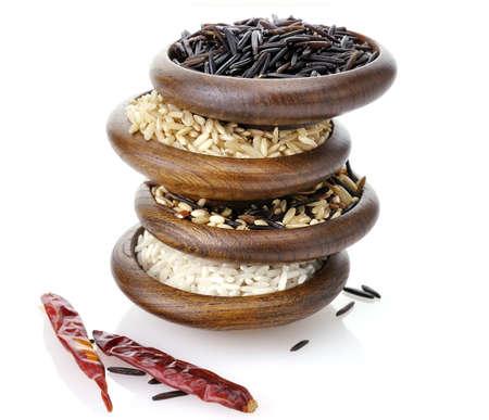 Variedad de arroz en cuencos de madera en el fondo blanco Foto de archivo - 10869998