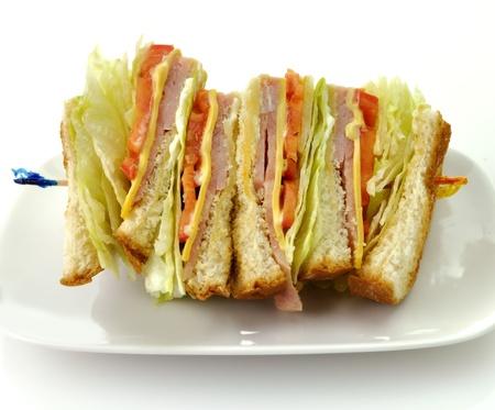 sandwich de pollo: Sandwich de pavo o jamón club en un plato blanco Foto de archivo