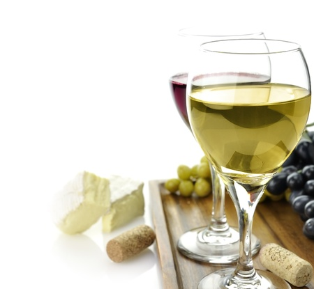 vinos y quesos: Blanco y Rojo copas de vino con queso y uva Foto de archivo