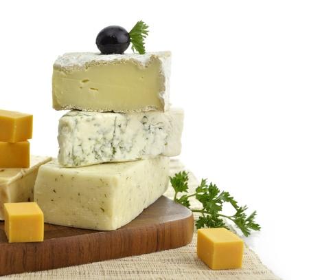 tabla de queso: Una Pila De diferentes tipos de queso en el fondo blanco