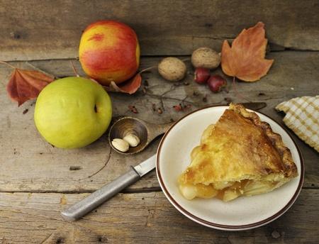 pastel de manzana: Tarta de manzana casera en un fondo de madera Foto de archivo