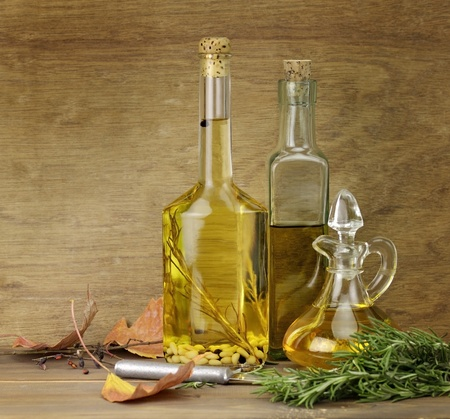 Koken olie en kruiden op een houten achtergrond Stockfoto