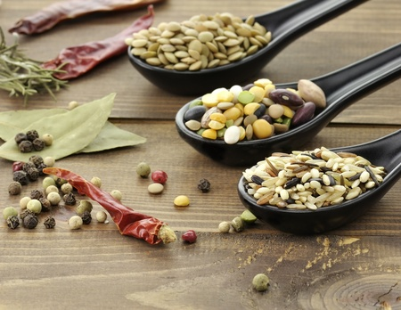 legumbres secas: Mezclar el arroz silvestre, frijoles y lentejas con especias