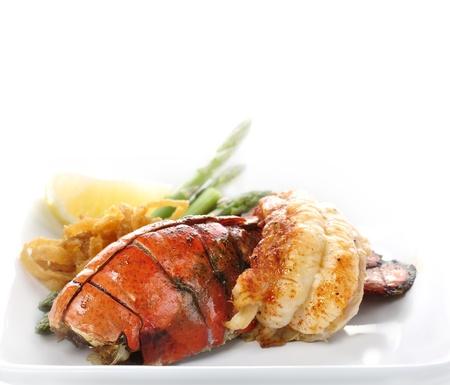 Gegrilde Lobster Tail geserveerd met asperges en ui Stockfoto