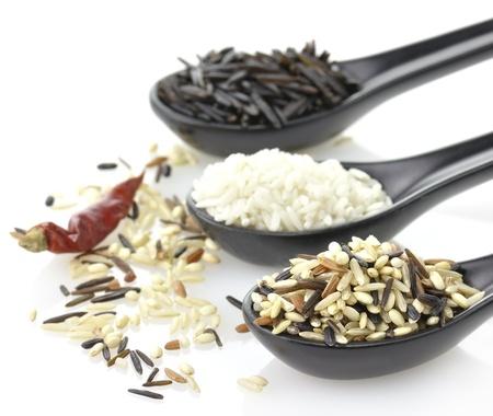 arroz blanco: Surtido de arroz en el cucharas Negro