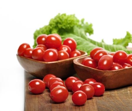 チェリー トマトとサラダの葉まな板の上 写真素材