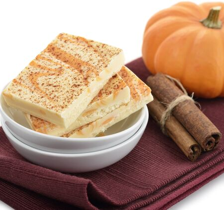 Pumpkin Spice Bars In White Dish Stockfoto