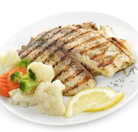 Gegrilde visfilet met groenten en citroen Stockfoto