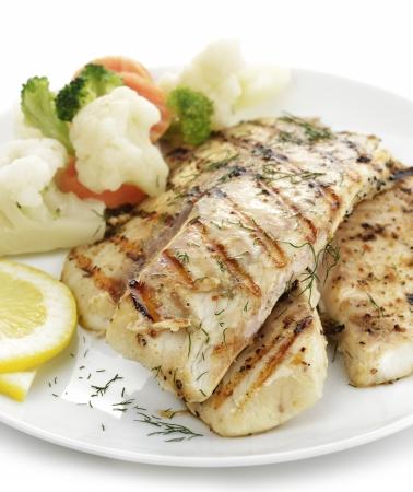 filete de pescado: Filete de pescado a la parrilla con verduras y lim�n Foto de archivo