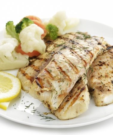 Grilled Fish Fillet With Vegetables And Lemon Imagens