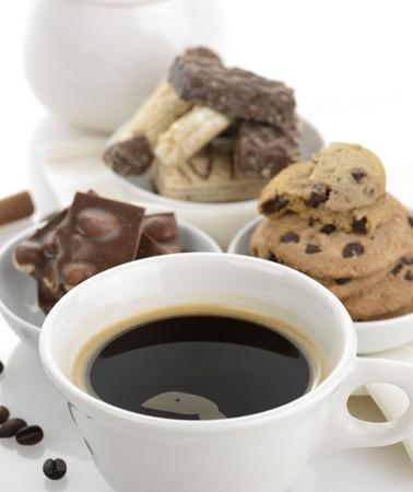 Kopje zwarte koffie met chocolademelk en koekjes