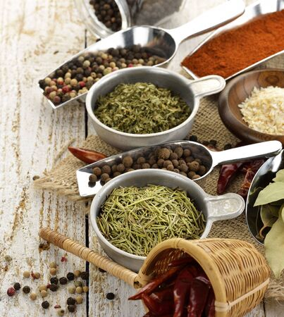 legumbres secas: Especias y hierbas en una mesa de madera
