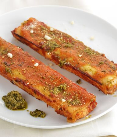 Cannelloni With Cheese , Tomato Sauce And Basil Pesto Zdjęcie Seryjne