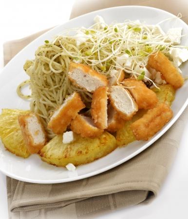 Kip met pasta, ananas en rucola spruiten Stockfoto