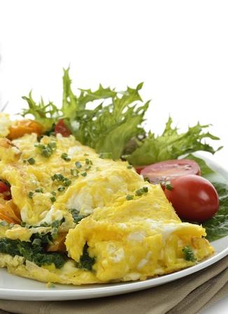 huevos revueltos: Omelet con lechuga y verduras Foto de archivo