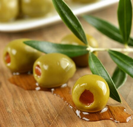 Stuffed Green Olives On A Cutting Board Imagens