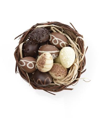 oeufs en chocolat: Chocolat Oeufs Collection dans un nid sur fond blanc