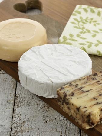 木の板にチーズ盛り合わせ 写真素材 - 19600923