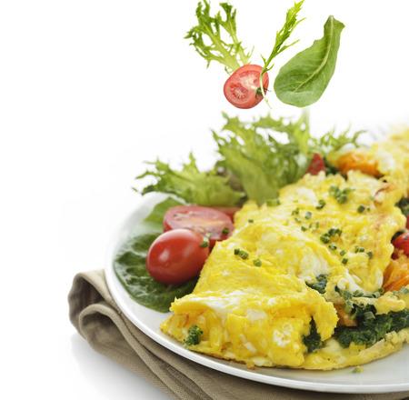 espinacas: Tortilla de huevos con lechuga y verduras, de cerca