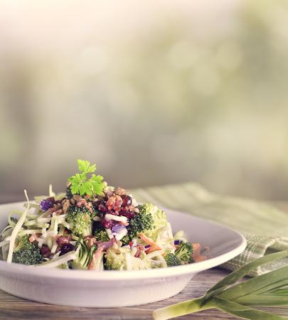 ensalada: Ensalada Con Brócoli, coliflor, col roja, semillas de girasol, arándanos secos y Bacon