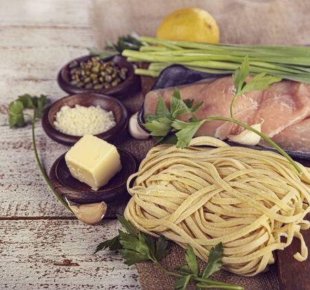 Cocinar los ingredientes con pollo Filetes y pasta Foto de archivo - 43211862