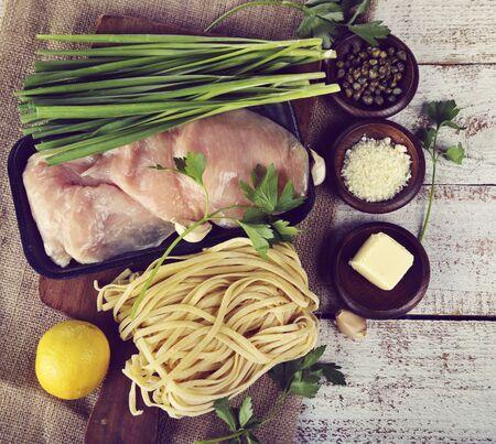 Cocinar los ingredientes con pollo filetes y pastas Foto de archivo - 43210838