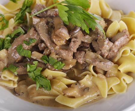 carne de res: Stroganoff de ternera con huevo Fideos