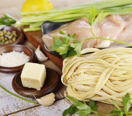 Cocinar los ingredientes con pollo filetes y pastas Foto de archivo - 44342631
