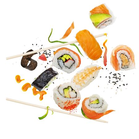 Sushi-Rollen und Zutaten mit Holzstäbchen auf weißem Hintergrund