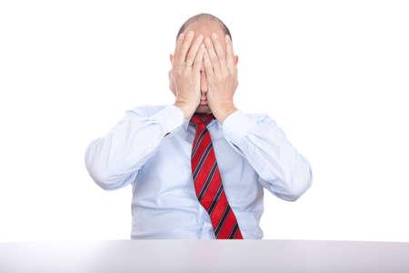 Studio foto de un hombre de negocios sorprendido