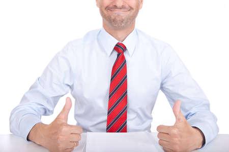 Hombre de negocios dando sus pulgares para arriba