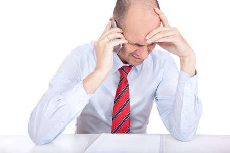 Hombre de negocios que responder a una cr�tica cal tel�fono en su tel�fono celular