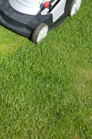gras maaien: Outdoor shot van een grasmaaier