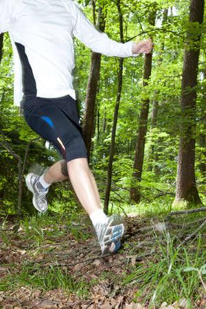 Trail running a un ritmo acelerado a trav�s de los bosques