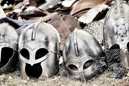 conflictos sociales: Mont�n de cascos y armaduras despu�s de la gran batalla