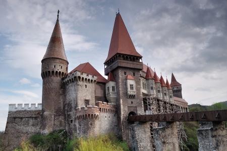 Hunyad Castle: Hunedoara, Romania - April 18, 2012: The famous Castle from Hunedoara where Vlad Tepes(Dracula) has been prisoner for 7 years(starts in 1462). Stock Photo - 13627713